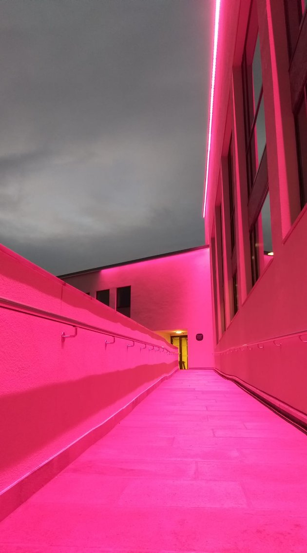 Det nye samfunnshuset i Steinkjer bader i rosa i anledning Rosa sløyfe-aksjonen. Aksjonen er en internasjonal folkebevegelse, og i Norge står Brystkreftforeningen og Kreftforeningen sammen om den.