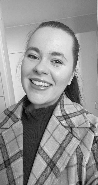«Regjeringen har kommet med hjelpemidler som ekstra lån og stipend. Det har hjulpet der og da for mange, men det ender med at vi bare får mer gjeld senere i tid. » skriver student Ida Sofie Brand