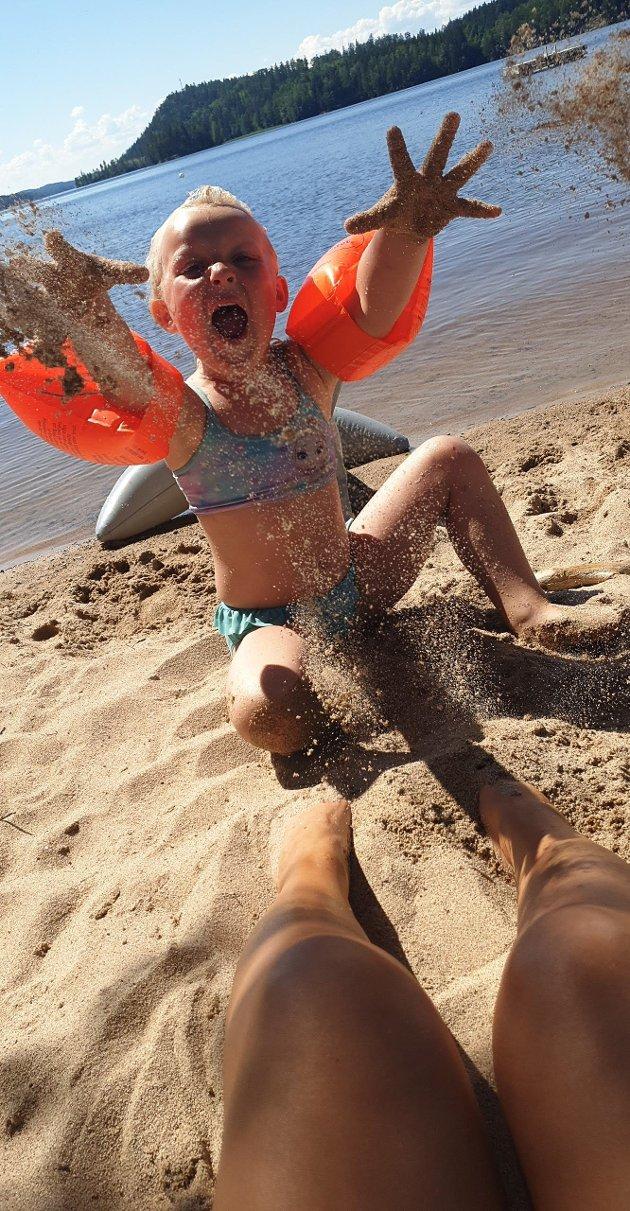 UKESVINNER NUMMER 2: Charlotte Solbrekke har tatt bildet som kåres til sommerens andre ukesvinner. Dette skriver hun om motivet: «Sommer, sol, strand og sand: Amalie nyter dagene på Ytterbøl». Foto: Charlotte Solbrekke