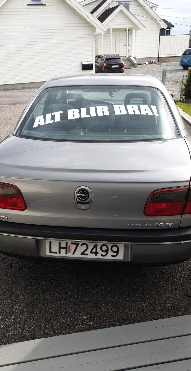 Aina Kristiansen og Aage Andersen sin Opel Omega med et oppbygelig budskap. De var med på kjøreturen rundt til sykehjemmene i Follo.