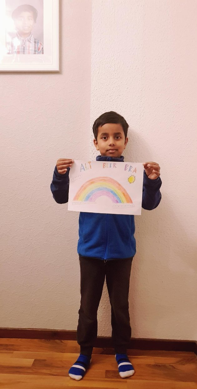 Sihar Islam (6 år) viser frem den koselige tegningen. Alt blir bra!