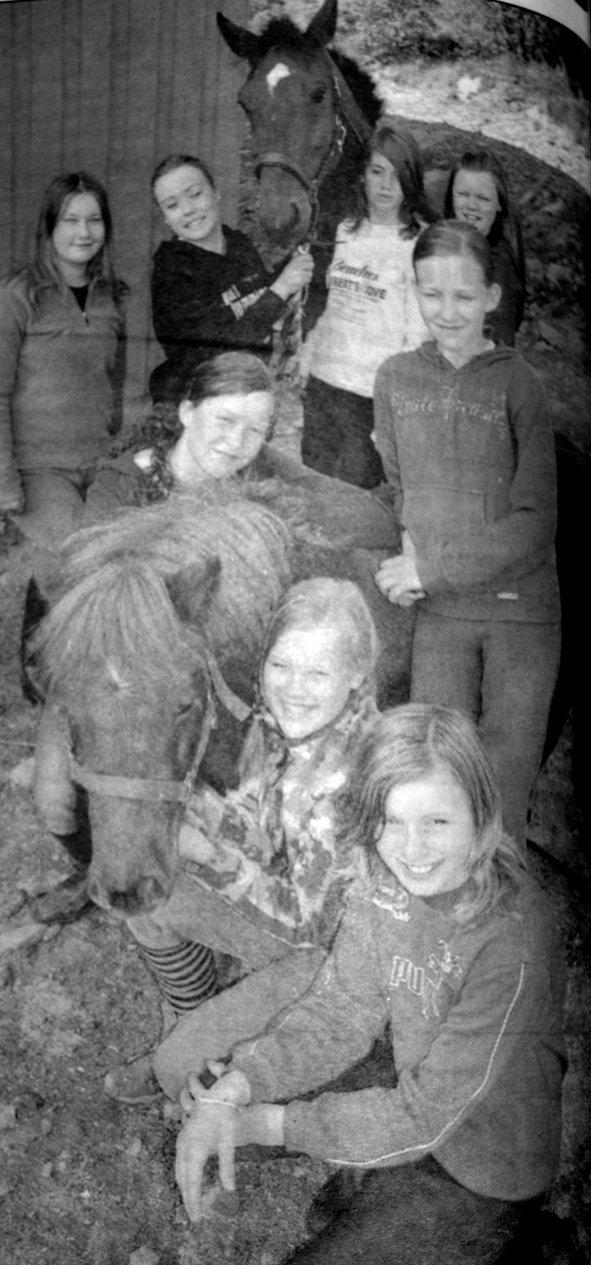 Det var ikke få timer disse jentene på Hol tilbragte i stallen. Jentene brukte mye av fritiden hele året på å stelle hestene. Nå fikk de gratis rideleir som takk for innsatsen. Bak fra venstre ser vi: Jenny Salomonsen, Edvarda Salomonsen, Hedda Brattvoll og Nathalie Wiik med hesten Orvano. I midten har vi Åshild Pettersen og Ingvild Pettersen med Islandshesten Timmy. Foran ser vi Anna Lena Gjerstad og Cahtrine Olsen.