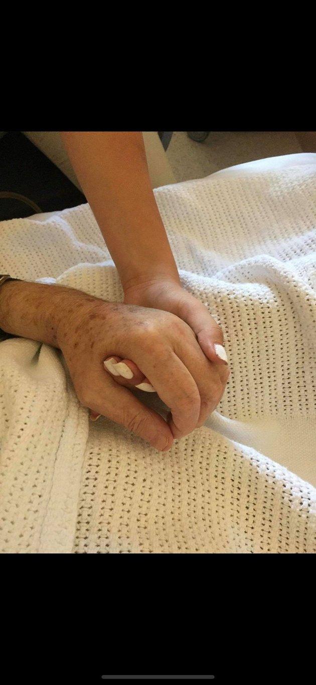 Det er utrolig viktig å ta seg tid til det eldre, noen ganger holder det med å bare holde hverandre i hånden.