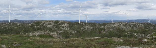 PANORAMA VARDEFJELL: Slik blir utsikten fra Vardefjell når man ser mot Flekkefjord. Alle åtte turbiner (med 200 meter totalhøyde) vil være helt eller delvis synlige. Nærmeste turbin står ca. 1,2 km unna. Foto: John A. Lund, Norsk Vind Energi AS. Visualisering: Anne H. Simonsen, Meventus AS.