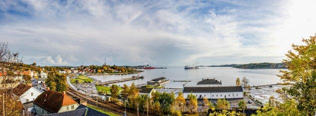 EN VISJON? Jeg savner en indre havn i Larvik, en småbåthavn som medfører liv og røre og omsetning. Det vil være mye mer enn et leskur og perrong. En småbåthavn som fremhever Larvik fra Tollerodden til Tenvik. En visjon? skriver statsviter Geir Askløv.