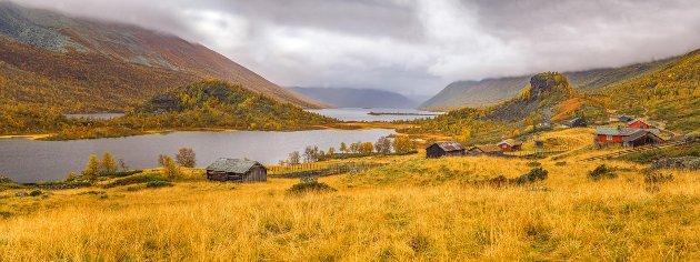 Denne plassen heter Strø og ligger i Valdres, og er fotografert en vakker høstdag i september 2017.