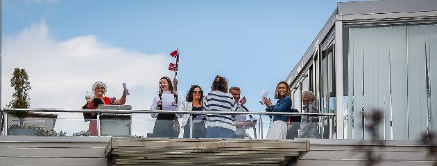 Beboere i borettslaget i Færders gate sang nasjonalsangen felles i bakgården sammen med resten av landet 17. mai.