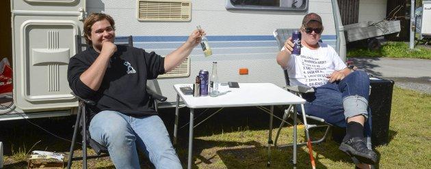 PÅ BESØK:  Sommeren så langt viser at deler av reiselivsnæringen i Hardanger langt på vei har lyktes med det norske markedet. Kristoffer Larsen (t.v.) og John Hardeberg fra Grimstad var to av flere nordmenn som i år la ferien til Hardanger.