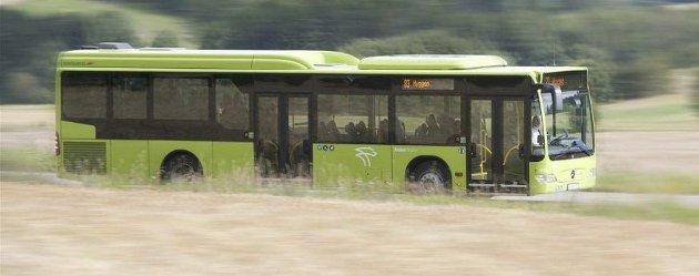BUSSTILBUDET: Det er ikke sjåførenes avvikling av ferie som er bakgrunn for reduksjonen av ruter i sommer, sier artikkelforfatterene.FOTO: BRAKAR