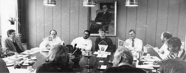 Stålkameratene inngikk sponsoravtale med Norsk Jern Holding A/S (NJH) høsten 1989: Det var fullt rundt bordet på pressekonferansen om sponsoravtalen som  Norsk Jern Holding A/S og Stålkameratene holdt i administrasjonsbygget på Jernverket. Fra venstre: Administrerende direktør i Norsk Jern Eiendom, Einar J. Berg, informasjonssjef i NJH, Eirik Haugen, konsernsjef i NJH, Øistein Smith Larsen, og videre fra IL Stålkameratene, Brigt Aslak Hjelle og Erik Sehm.
