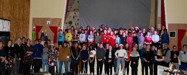 "Hele skolen avsluttet juleforestillingen med ""Nordnorsk julesalme"""