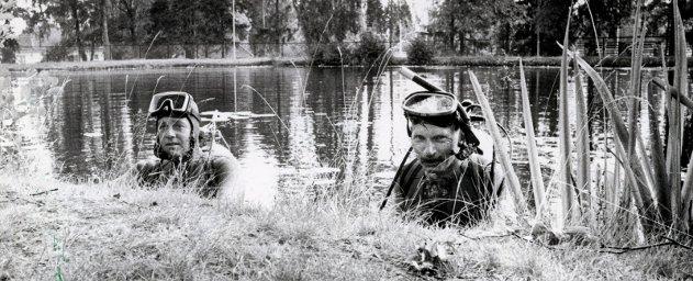 Noen som kjenner igjen disse to karene som dykket i parkdammen i Askim?