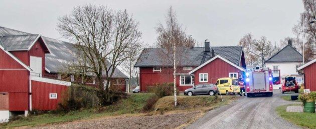 Hovedbrannen på Torderud Gård i Ås er slukket. Her er bilder fra politi og brannvesen sin innsats for å sikre brannstedet og hindre at brannlommer kan finnes og blusse opp igjen.