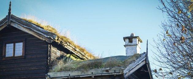 Presenning: Det blir brukt presenning for å beskytte takene på Lågdalsmuseet. Foto: Eigil Kittang Ramstad