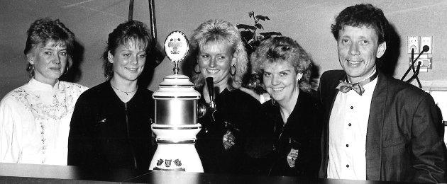 INGO PUB: Tappaekranene gikk ofte varme på Ingo Pub i Gran. Dette bildet er fra 1990. Fra venstre: Ingunn Teslow, Hanne Willadsen, Laila Johansen, Grete Kalløkkebakken og Olav Teslow.