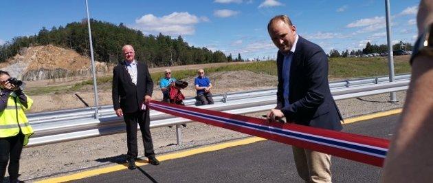Her klipper samferdselsminister Jon Georg Dale snora, og kan erklære ny E18 mellom Tvedestrand og Arendal for åpnet.