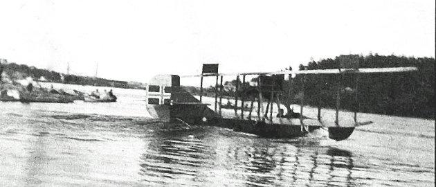 Curtis-flyet med A. Johansen og Per Holm ved spakene på vei opp fra Paulsenbrygga ved Hannestad i august 1920. Alle bilder er hentet fra Sarpsborg kommunes fotosamling.