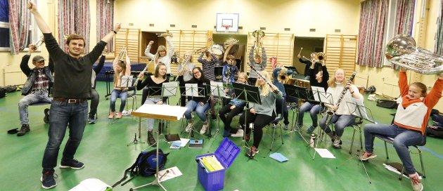 MORO: Hebekk skolekorps gleder seg til søndagens jubileumskonsert i Rådhusteatret. Her er hovedkorpsene til Ski og Hebekk samlet til fellesøvelse i aulaen på Ski skole tirsdag kveld. Dirigent er Magnus Johnsen Sandåg. FOTO: STIG PERSSON