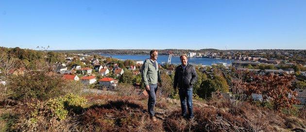 På is: Byggeplanene ved Jeløy kirke må sannsynligvis legges på is til trafikkproblemene til Jeløy er løst. Her er Reinert Hersleth ( til h.) på tomta.  Foto: Jon Gran