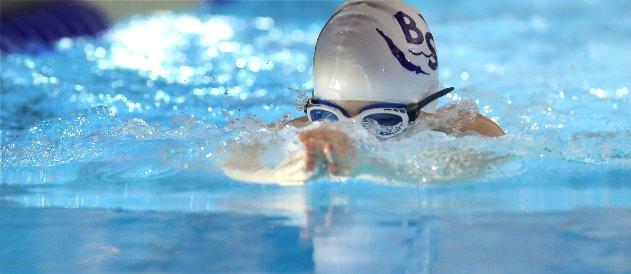 SVØMMESTEVNE: Over 600 svømmere fra flere steder i landet var i aksjon under Bærumsvømmernes årlige stevne i Nadderudhallen. Her er Simen Klev-Løkling fra Bærumsvømmerne.