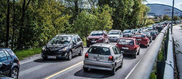Bedre å flytte til Sarpsborg enn å velge Rolvsøyveien til E6? Bildet er tatt idet trafikken har hopet seg opp etter en ulykke.