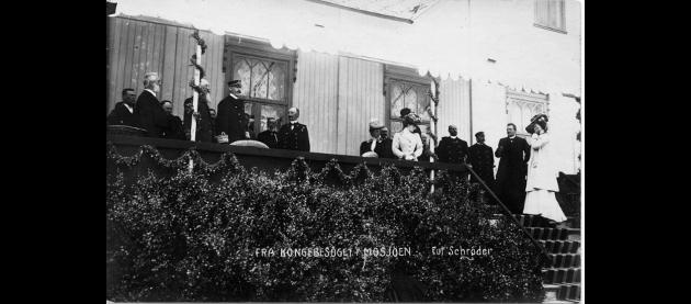 PÅ STAS: Ved ungdomslokalet. Fra venstre Garver Wold, Distriktslege Kluver, telegrafbud Aabakken, Kong Haakon, Bråthen.