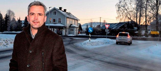 Ordfører Bror Helgestad er redd områdene langs E6 og riksveg 4 vil støvsuge markedet for nyetableringer, og at Østre Toten fortsatt vil bli liggende i bakevja.