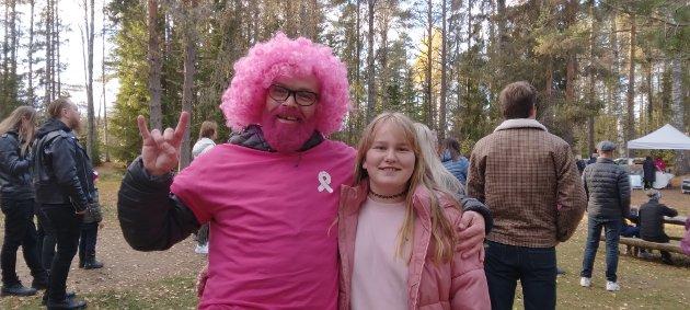 ROSA: Roger Haugen (t.v) var også med å gå til inntekt for Rosa sløyfe-aksjonen. Til høyre har vi Karianne Danielsen som også er rosa i dag.