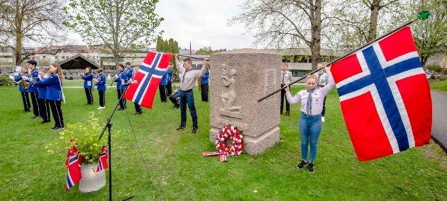 TRADISJONELL MINNEMARKERING:  1. Ås speidergruppe og Ås jente- og guttekorps deltok under minnemarkeringen ved minnestøttet ved Åsgård skole