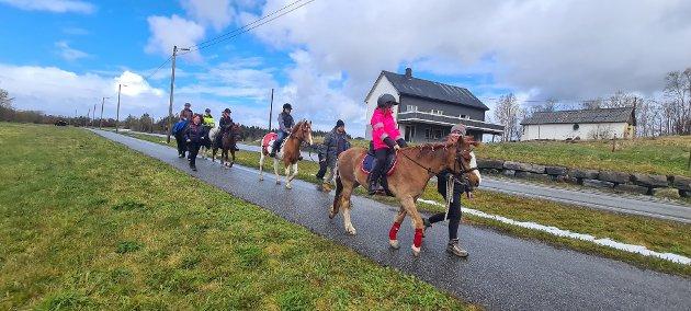 Sola tittet fram da hestetoget gikk av stabelen. Emma Jensen Storvik på hesten Dorthe.  Bak de går Adele Nathalie Farstad Andersen på hesten Cindy. Bakerst går Astrid og Iver Schjetne på Svarten og Bitten.