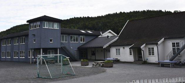 I mine øyne er det ikke slik at manmå samles i et nytt og fancy skolebygg i sentrum for å kunne skape et faglig, trygtog godt skolemiljø. Vi har klart det veldig fint på Songe. De har klart det på Holt, på Dypvåg og på Sandøya også.