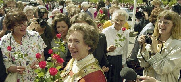 HAMAR 1993: Norges første kvinnelige biskop, Rosemarie Köhn, ble vigslet i Hamar Domkirke. Her er Köhn smilende med røde roser og mange gratulanter utenfor domkirken etter vigslingen. FOTO: Bjørn Sigurdsøn / NTB / SCANPIX