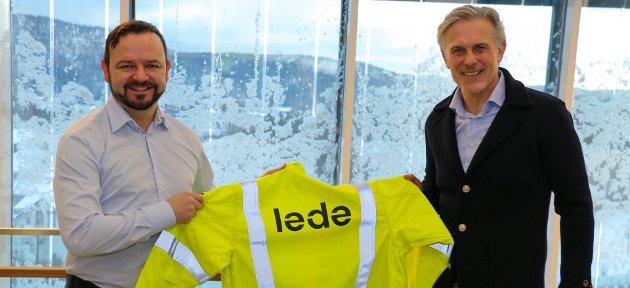 NAVN: Nettselskapet Skagerak Nett har fått nytt navn. Dette bildet er tatt fra når navnebyttet ble kjent og viser konsernsjef Jens Bjørn Staff (t.h.) og administrerende direktør i Lede, Øivind Askvik.