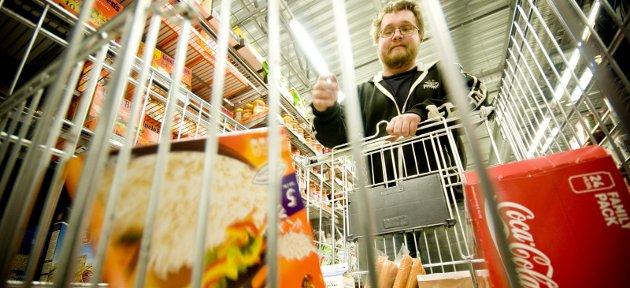 UTBREDT: Du er ikke alene om å ha svensk brus i kjøleskapet. Ingen kan klandres for å ville spare penger. Problemet ligger hos norske politikere, skriver innsenderen. FOTO: BEnjamin a. Ward
