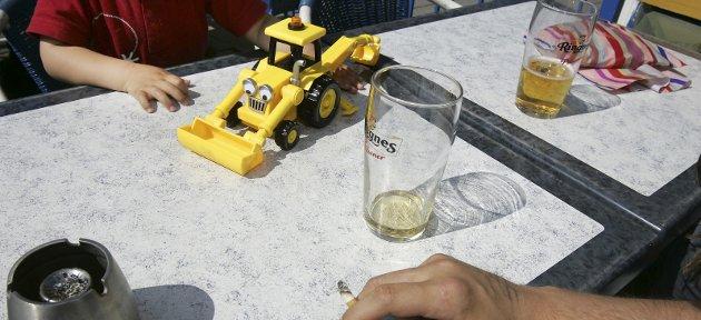 Feriefyll: Ofte er det på ferie et høyt alkoholforbruk kan gjøre barn utrygge. De er i ukjente omgivelser, naboer eller venner er langt unna, og språket er ukjent. De er fanget i en situasjon de ikke kan komme seg ut av.Foto: NTB Scanpix