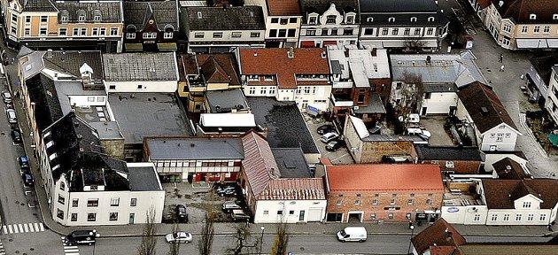 Dette er kvartal 260, eller Ramdahl-kvartalet, sett fra Kirkegata. Arbeidet med å se på mulighetene for en utvikling av Ramdahl-kvartalet har nå kommet i gang igjen etter at det har vært stopp i arbeidet i et drøyt år. (Foto: Jarl M. Andersen)