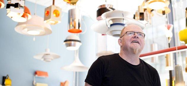 Flemming Christensen har sett lyset og samler på gamle lamper. Han kaller seg Lampemannen og driver litt mes kjøp og salg, men helst bare samler han.