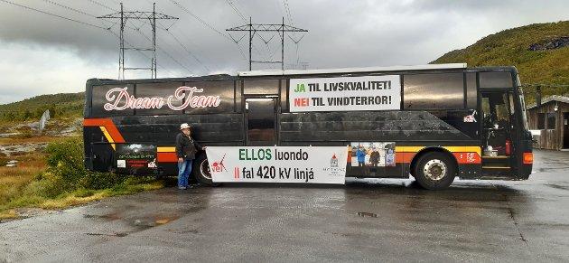 Pensjonisten Carl Omli fra Sirdal ha vært på turne sammen med venner for å markere motstand mot vindkraft helt til Nordkapp og Berlevåg. Her foran bussen på Heia foran 420 kV linja.