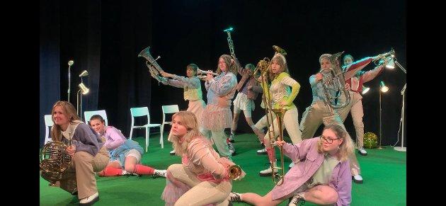 Torsdag hadde Sjøbodteatret premiere på Papirhuset. Skuespillerne er i alderen 14 – 19 år.
