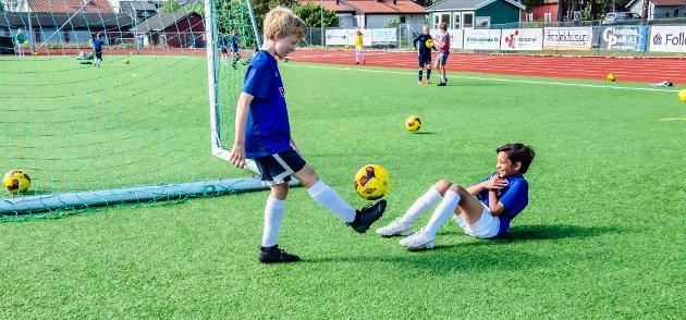 - Dette fotballopplegget med Sommerproffen er veldig gøy, sier Waldemar (12) og Kevin (11). De to guttene spiller på Ås sine aldersbestemte lag og har god kontroll når de trikser med ballen.