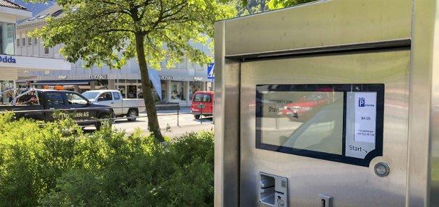 Snart i bruk: «Oppstart 1. juni», står det på parkeringsautomatene. Kjetil Skjeie viser til 2. pinsedag, og sier oppstart i praksis blir 2. juni.