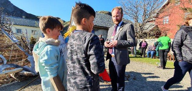 5. klassingene var veldig interessert i ordførerkjedet til Remi Solberg.