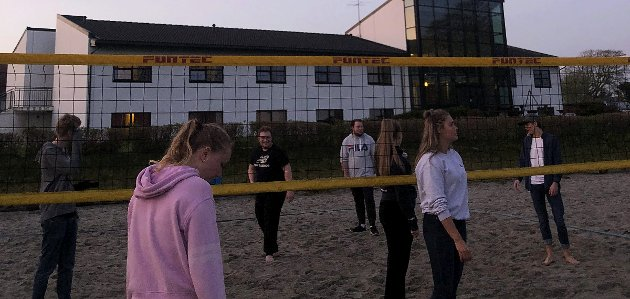FRITID: Sandvolleyball er en typisk kveldsaktivitet på folkehøgskolen. Så også på Jæren Folkehøgskule i Kleppe.