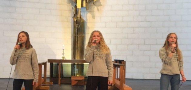UNGE SONGARAR: Siren Skårland, Ingeborg Fossdal Skjelsbæk og Sanna Fiskå frå Gospel Tweens syng i minigudstenesta.