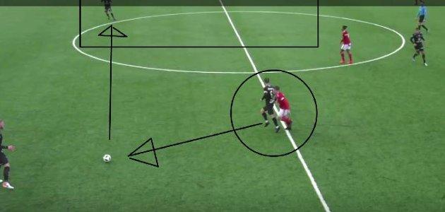 I stedet for å forsøke en dribling eller ambisiøs pasning på 1-0, velger Eirik Mæland en støttepasning. Situasjoner som dette fører ofte til buing på stadion. Det er det ingen grunn til, mener FBs analyseskribent.