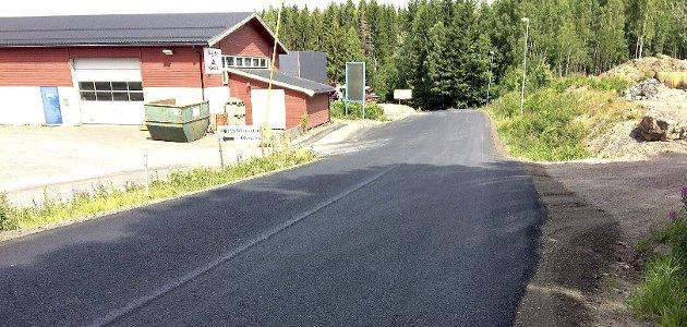 NYLAGT: Det ble lagt mye etterlengtet asfalt i Hof etter sammenslåingen med Holmestrand, som her i Rønneberg industriområde.