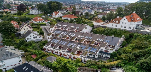 Terrassehus kan ifølge Sintef defineres som hus hvor bebyggelsen følger terrenget, og forskyvningene følger helningen i terrenget. Hver bolig får vanligvis terrasse på taket til boligen under.