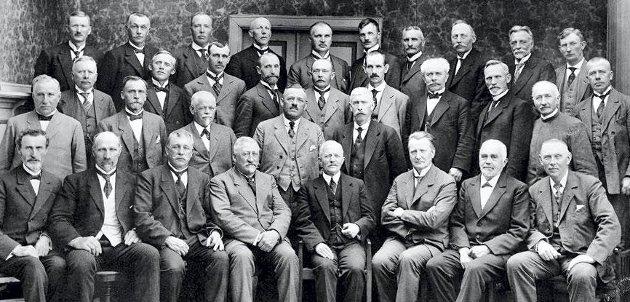 Fylkestinget samlet i 1919. Samme år ble navnet på fylkeskommunen endret fra Smaalenenes amt til Østfold fylke. Kun menn møtte i fylkestingssamlingen - først i 1963 møtte de to første kvinnene.