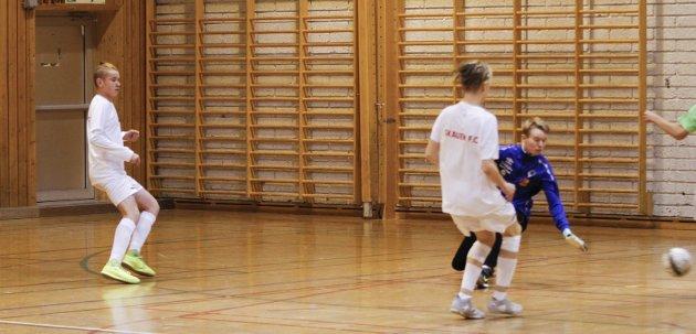 Samspill gir mål.  Marcus (t.v.) og Martinus spiller på Skauen FC, og de vant semifinalen hele 11-0. Her legger de opp til et av målene.
