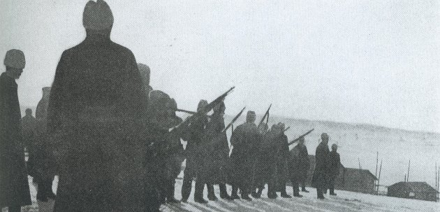 Hvite soldater oppstilt og klare for å henrette 13 rødegardister i Länkipohja soldater om morgenen den 17.mars 1917.